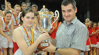 Fanni Szabó (Hungary) & Daniel Dimevski (President of Basketball Federation of Macedonia)
